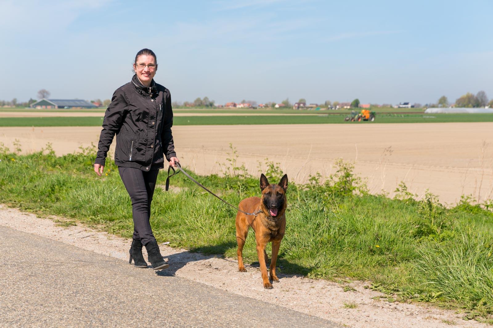 Esther van Nijnatten laat een hond uit